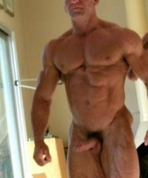 NAKED MUSCLE DADDY !