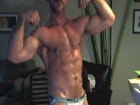 muscle hunk on cam