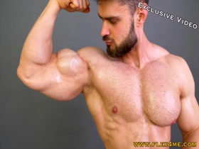 Exclusive: Huge & Ripped Muscles oiling up and flexing