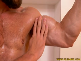 Ripped Muscle Guy oiling up