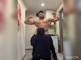 115kg Bodybuilder get's sucked by 55kg femboy while flexing his muscle