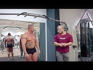 German Pro Bodybuilder gives a posing lesson